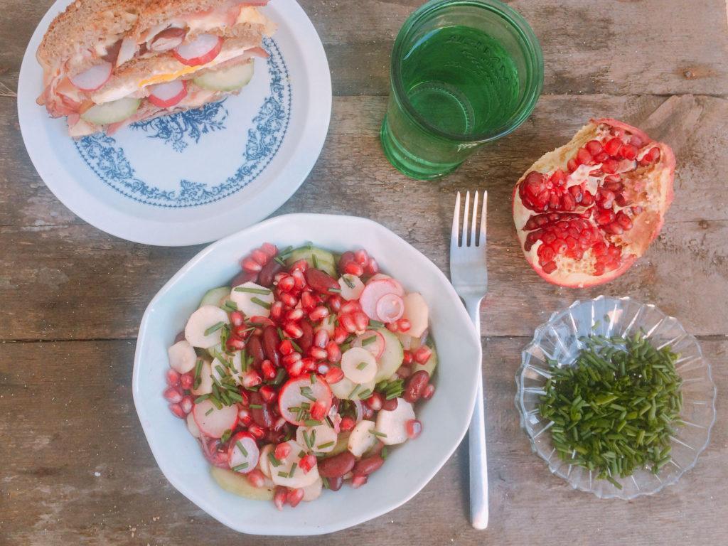 Przepis na sałatkę z topinamburu, ogórka, rzodkiewki i fasoli
