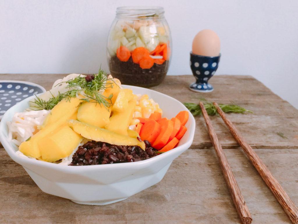 Sałatka z czarnego ryżu z mango i majonezem
